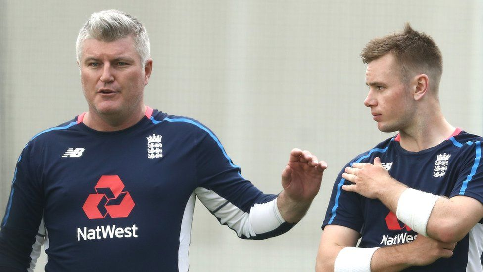 Stuart MacGill speaking to English cricketer Mason Crane during a training session in 2017