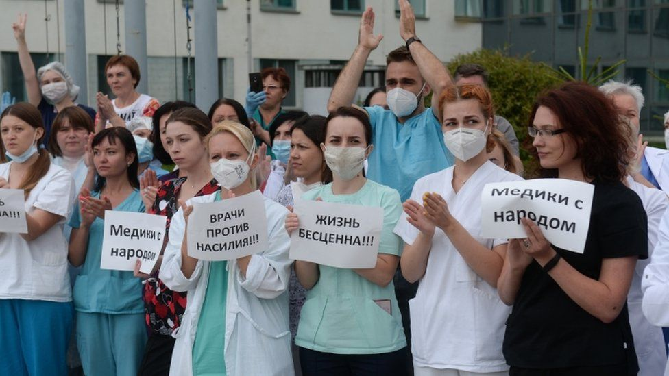 """These medics held up notices saying """"doctors against violence"""" and """"medics with the people"""""""