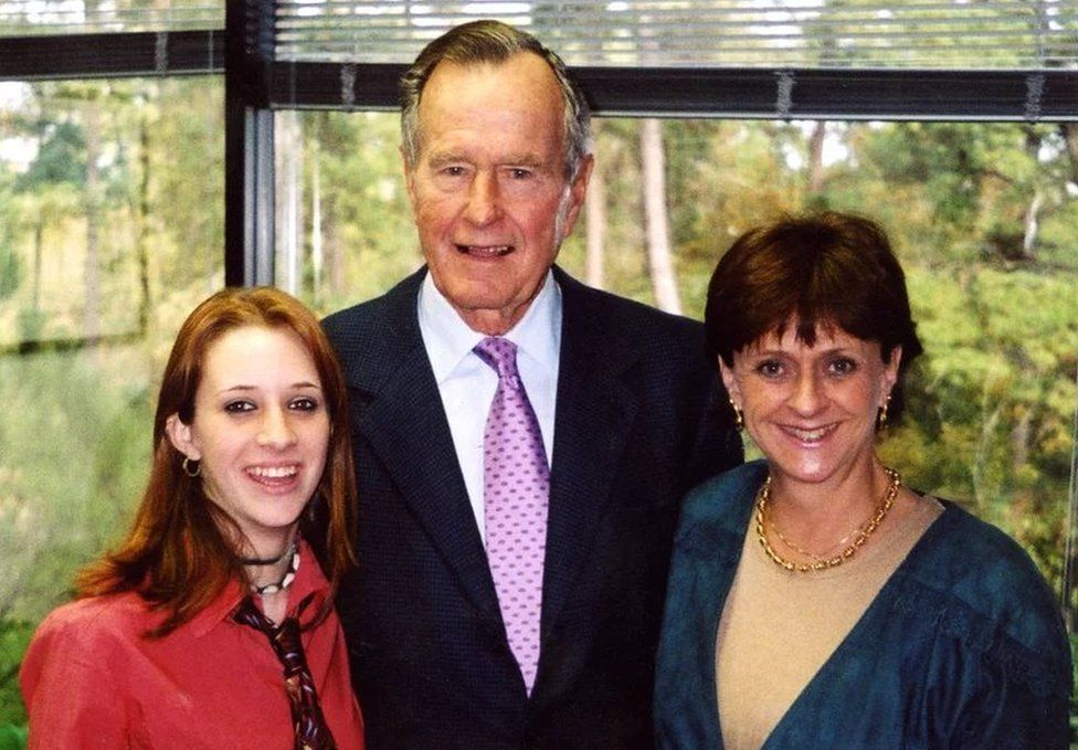 Roslyn Corrigan and her mother Sari Young at the 2003 event with Bush