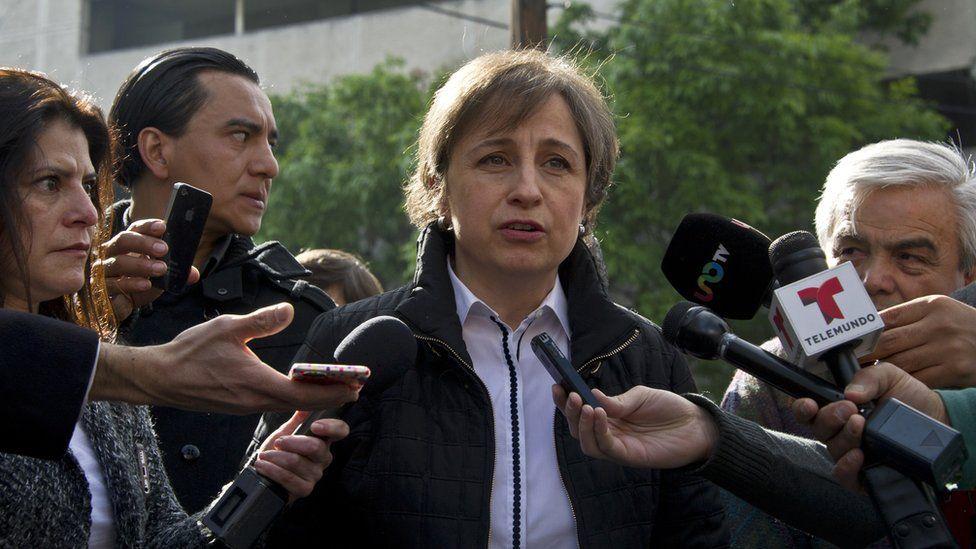A jornalista Carmen Aristegui rodeada de jornalistas