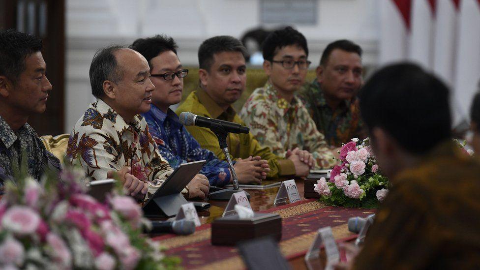 CEO Softbank Masayoshi Son (kedua kiri) bersama jajarannya bertemu dengan Presiden Joko Widodo di Istana Merdeka, Jakarta, Jumat (10/01/2020).