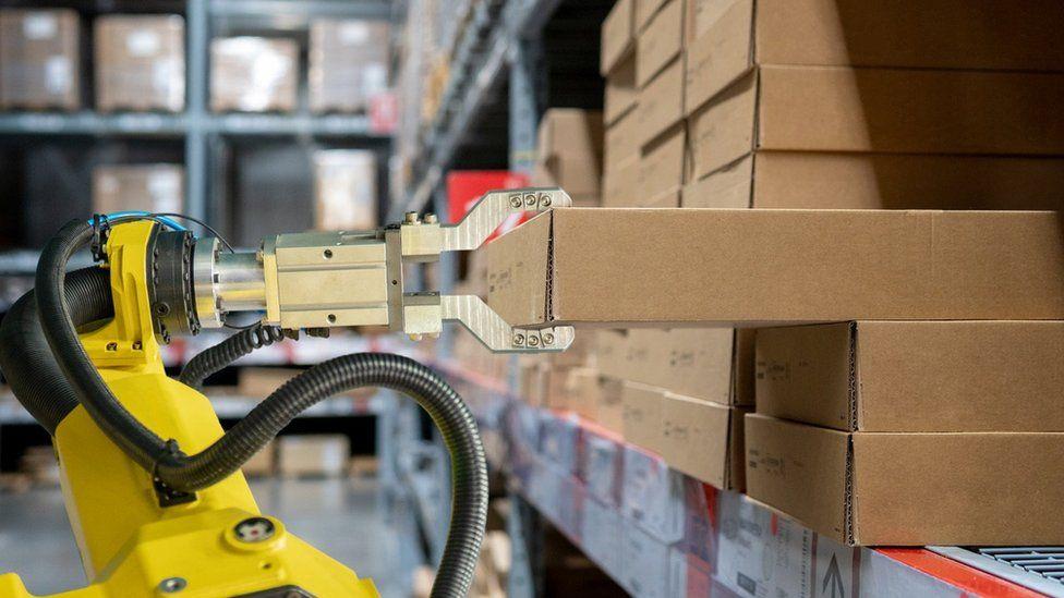 Robot lifting goods
