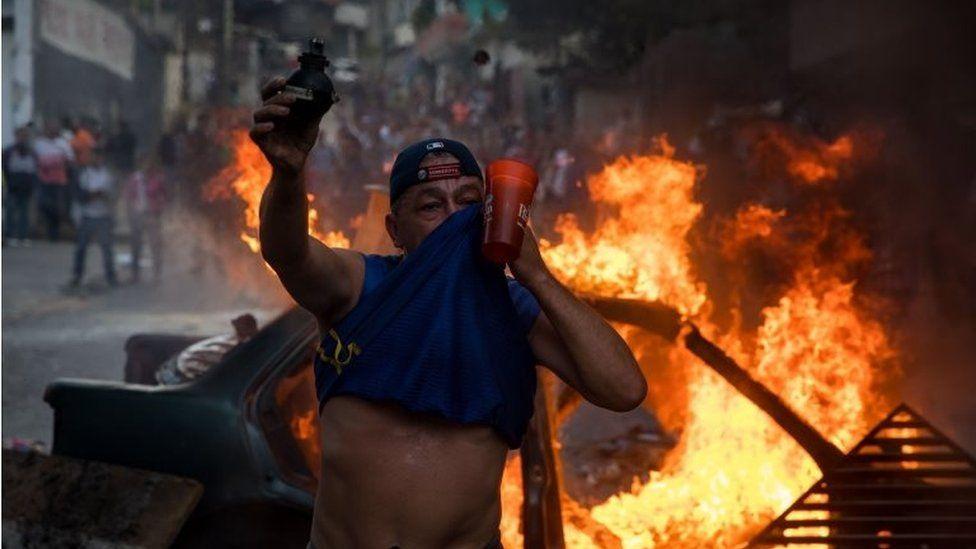 People demonstrate near the Bolivarian National Guard command in Caracas, Venezuela, 21 January 2019.