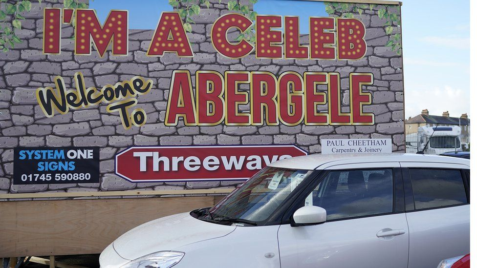 A sign welcoming the show to Abergele