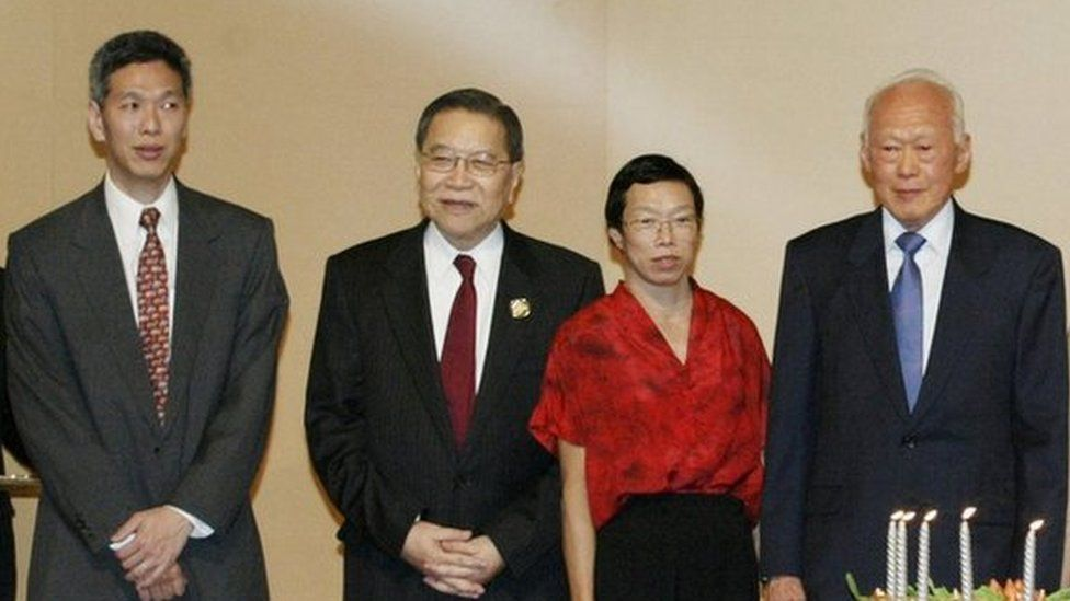 FILE PHOTO: Lee Kuan Yew (C) and his family celebrate his 80th birthday in Singapore, 16 September 2003. From (L-R) daughter-in-law Lee Suet Fern, son Lee Hsien Yang, Chief Justice Tong Pung How, daughter Lee Wei Ling, Lee, wife Kwa Geok Choo, son Lee Hsien Loong, daughter-in-law Ho Ching and granddaughter Li Xiuqi. REUTERS/David Loh/File Photo
