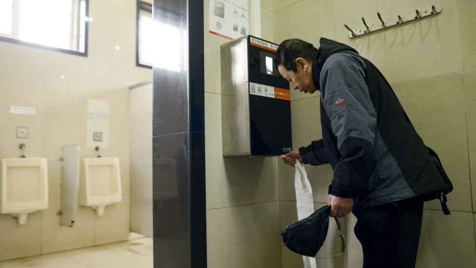 Las insólitas máquinas de reconocimiento facial que China instaló en sus baños públicos para evitar que roben papel higiénico