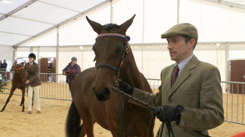 Mae'r ceffylau a'u perchnogion yn edrych ar eu gorau // The horses are immaculate