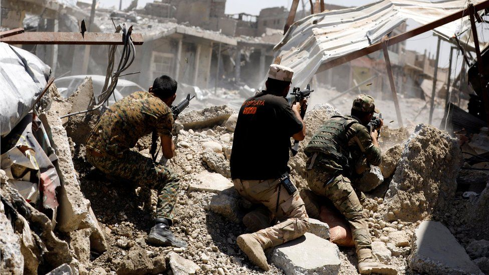 Iraqi soldiers fire their weapons towards Islamic State militants positions in Mosul's Zanjili district (7 June 2017)