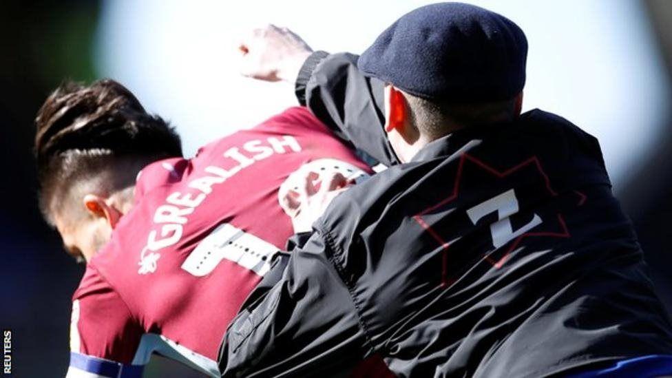 مشجع يهاجم لاعب وسط أستون فيلا جاك غريليش على أرض الملعب