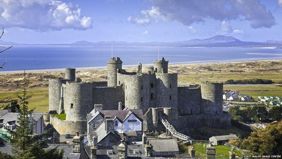 Castell Harlech a Pen Llŷn yn y cefndir // Harlech Castle and the Llŷn Peninsula in the background