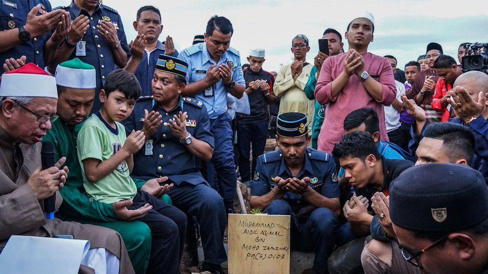 Malaysian Muslims offer prayers for a victim of the Darul Quran Ittifaqiyah religious school fire during a burial ceremony at Raudhatul Sakinah cemetery in Kuala Lumpur on September 15, 2017.
