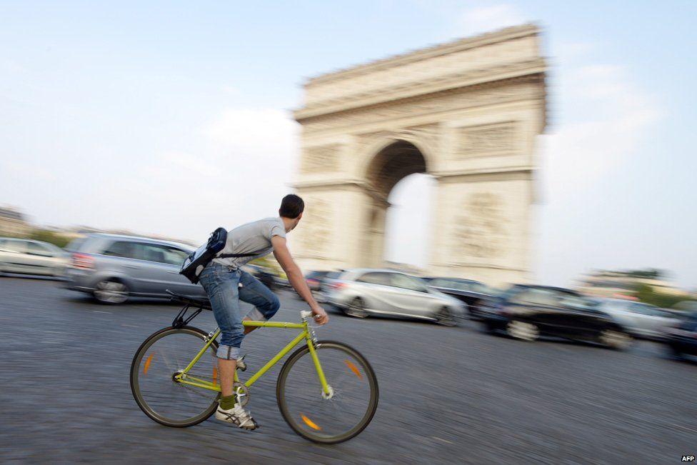 Cyclist at Arc de Triomphe