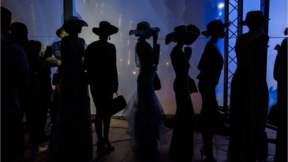 Un groupe de mannequins attend patiemment quelques instants avant un spectacle à l'hôtel Radisson Blu pendant la Semaine de la mode de Dakar à Dakar, Sénégal.