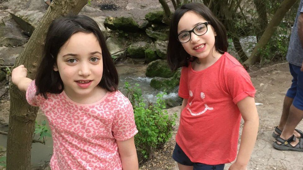 Identical twins Heidi and Izzy Cohen