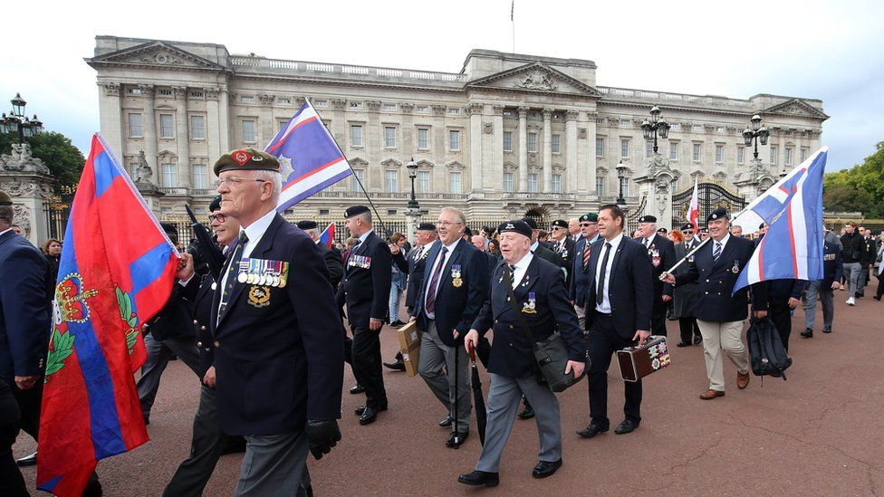 Former soldiers and supporters of Dennis Hutchings march past Buckingham Palace