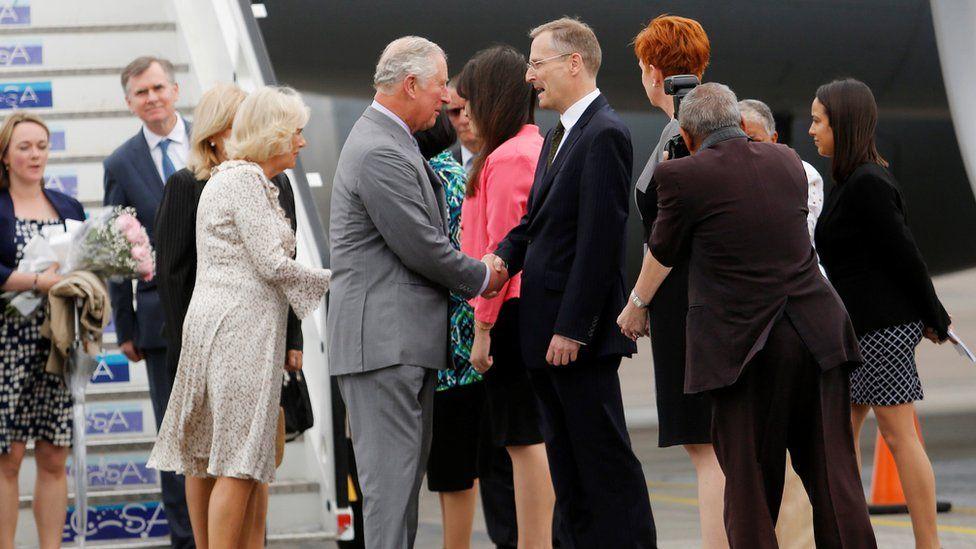 Принц Чарльз пожимает руку официальному лицу