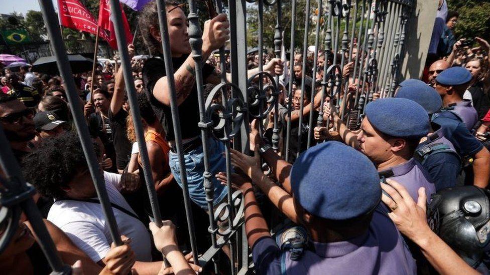 Demonstrators face the municipal guard in Rio de Janeiro