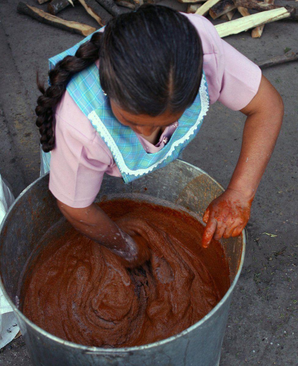 A woman stirring ixkimoll