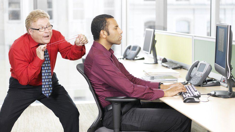 Они демонстративно хорошо относятся к наименее неэффективным работникам и незаслуженно поощряют и повышают их. Они притесняют тех, кто хорошо работает.