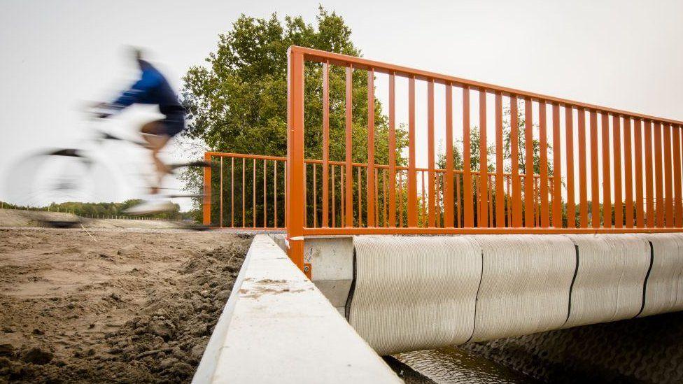 Dünyanın üç boyutlu yazıcıyla yapılan ilk köprüsü Hollanda'da açıldı