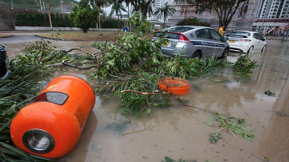 香港杏花邨在台风天鸽下垃圾桶被吹翻(23/8/2017)
