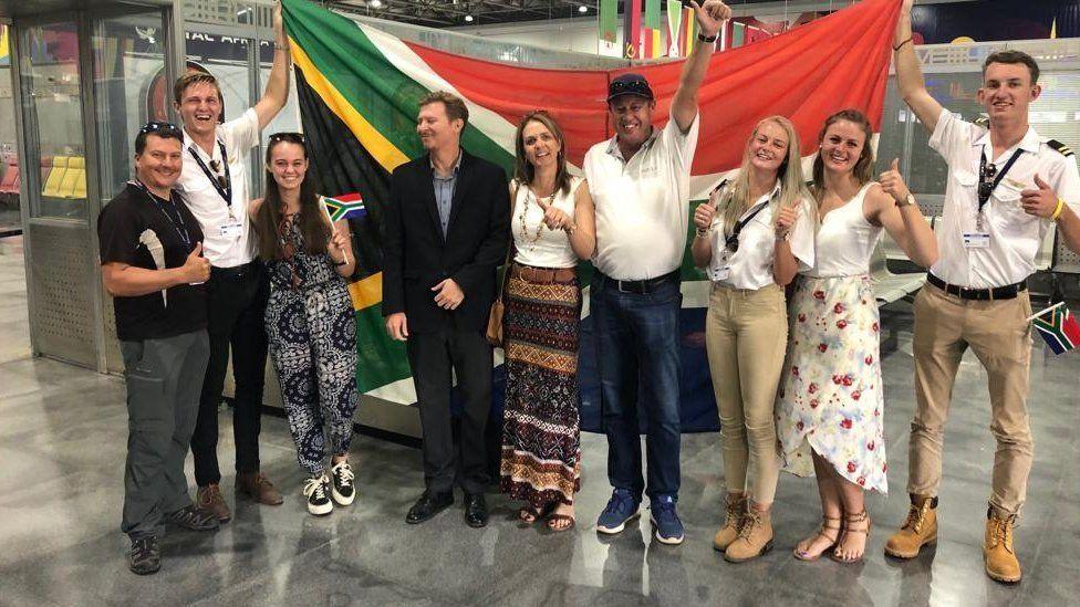 مراهقون من جنوب أفريقيا يطيرون إلى القاهرة بطائرة صنعوها محليا