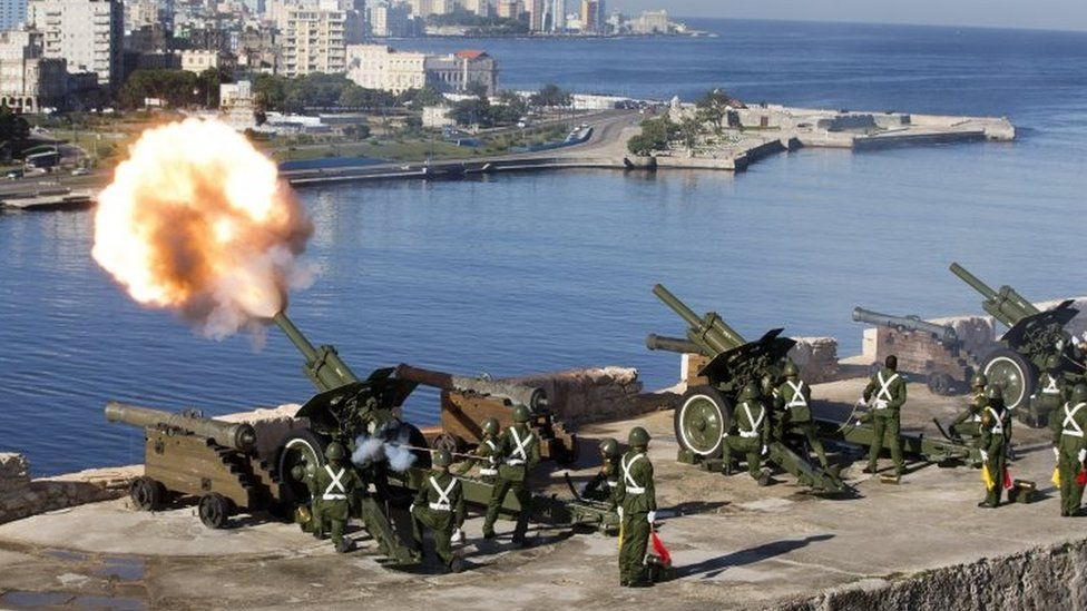 An honour guard fires off 21-gun salutes to mark the start of services paying tribute to the late Fidel Castro in Havana (28 November 2016)