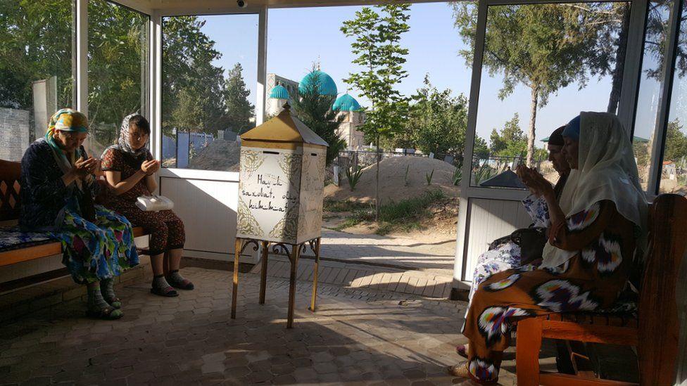 Mujeres rezando en el popular santuario Zangi-ota cerca de la capital Tashkent