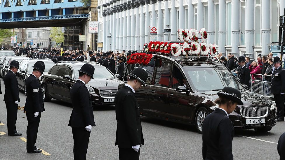 The hearse arrives at Southwark Cathedral