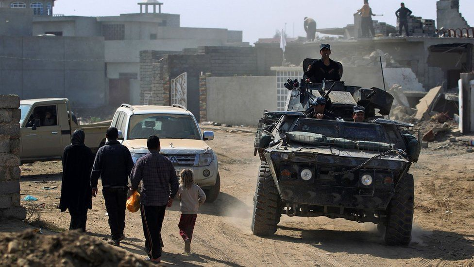 Iraqi forces patrol a street in the Jawsaq district, in south-western Mosul (28 February 2017)
