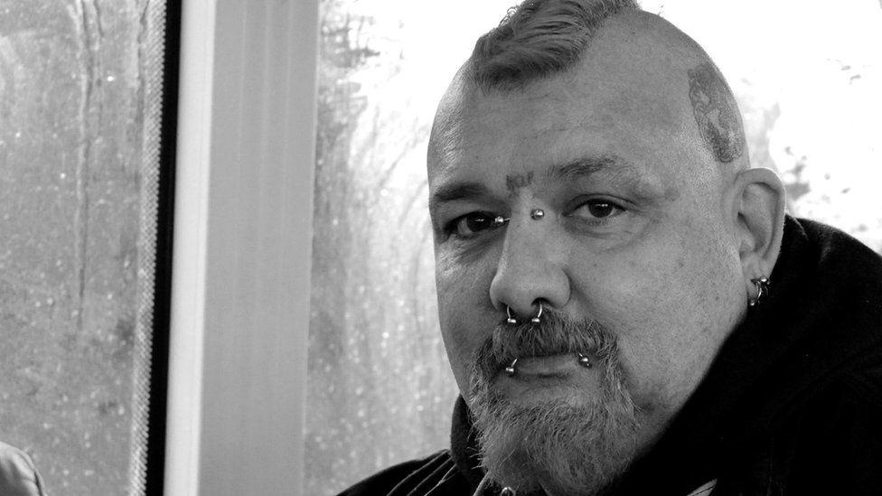 Daliodd Robert Hopkins o Aberystwyth y Traws Cymru am 06:00 er mwyn mynd i Gaerfyrddin i bigo ei ffôn lan. Mae'n dal bws 11:00 o Gaerfyrddin yn ôl i Aberystwyth