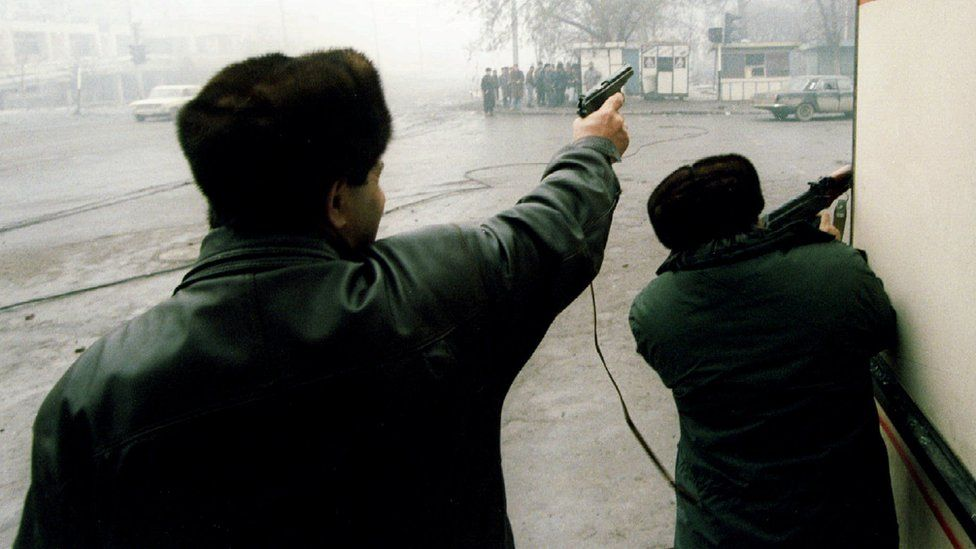 Chechen rebels firing on Russian troops in Grozny in 1995