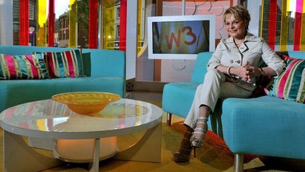 Elinor yng nghadair 'Wedi 3'