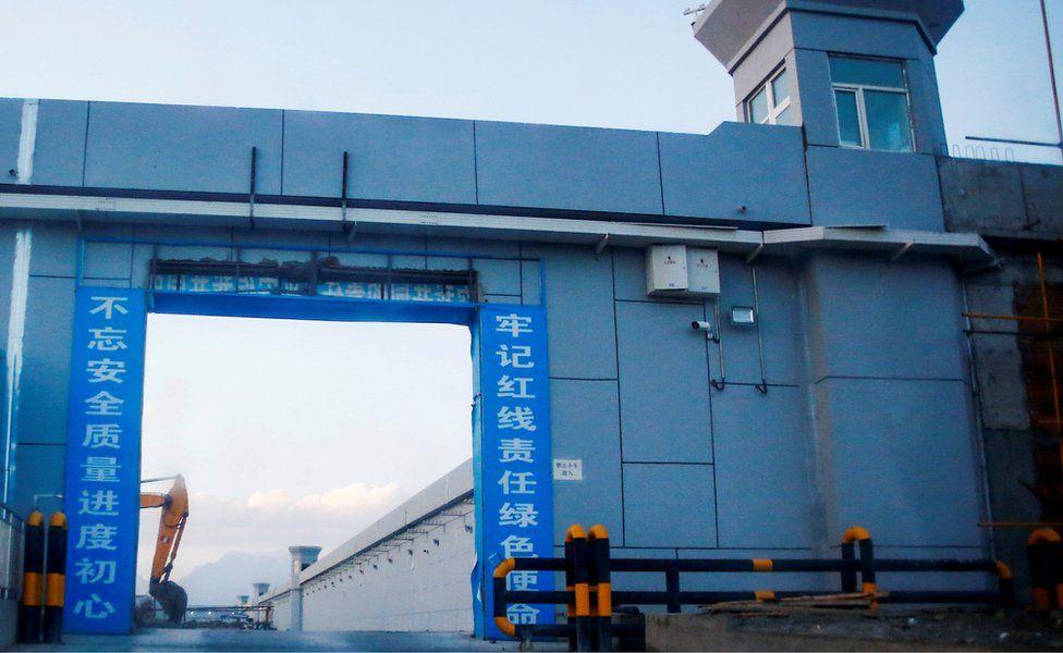 """Sebuah gerbang dari apa yang secara resmi dikenal sebagai """"pusat pendidikan keterampilan kejuruan"""" di Xinjiang"""