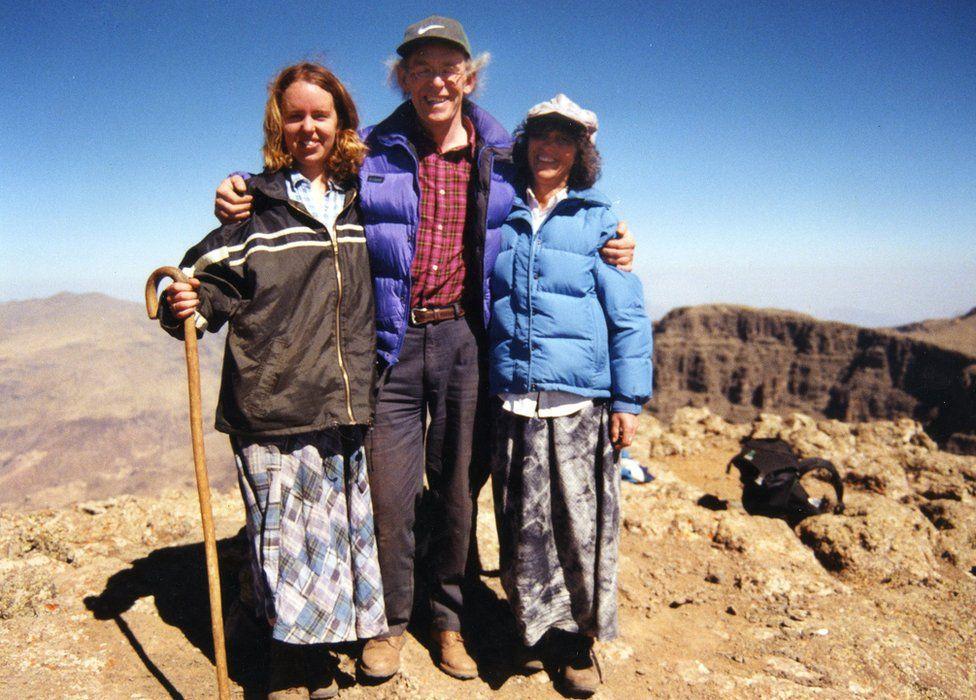 Linda Norgrove agus a pàrantan a sreap ann an Uganda