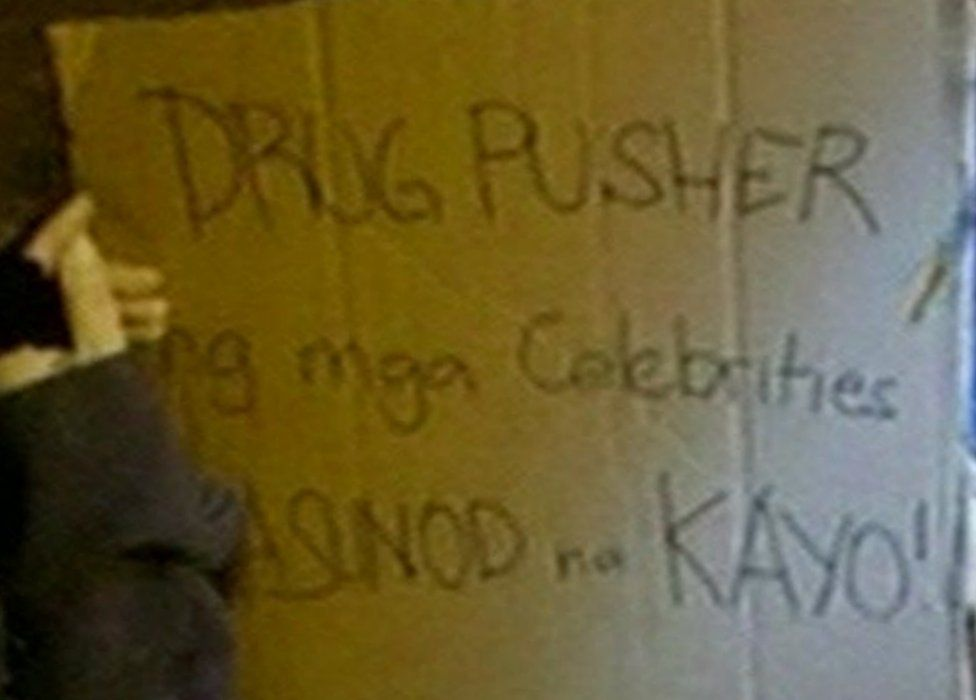 """Cardboard sign reading """"drug pusher to the celebrities you're next"""" in Tagalog and English, found next to the dumped body. Police handout 10 September 2016."""