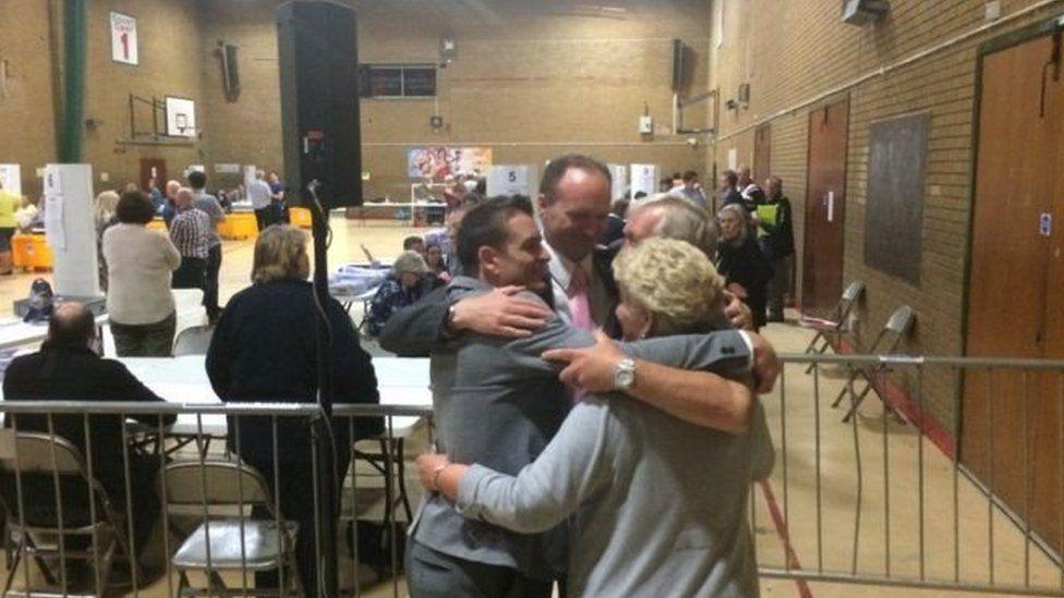 Sam Gould o UKIP yn cofleidio cefnogwyr Gadael yng Nghaerffili