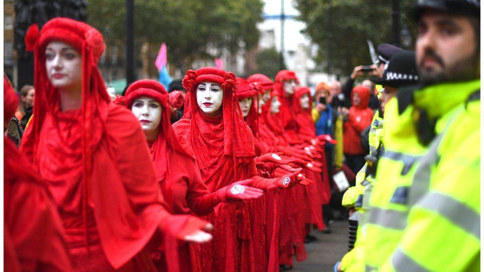 Extinction Rebellion protests: UK arrests as global demonstrations begin