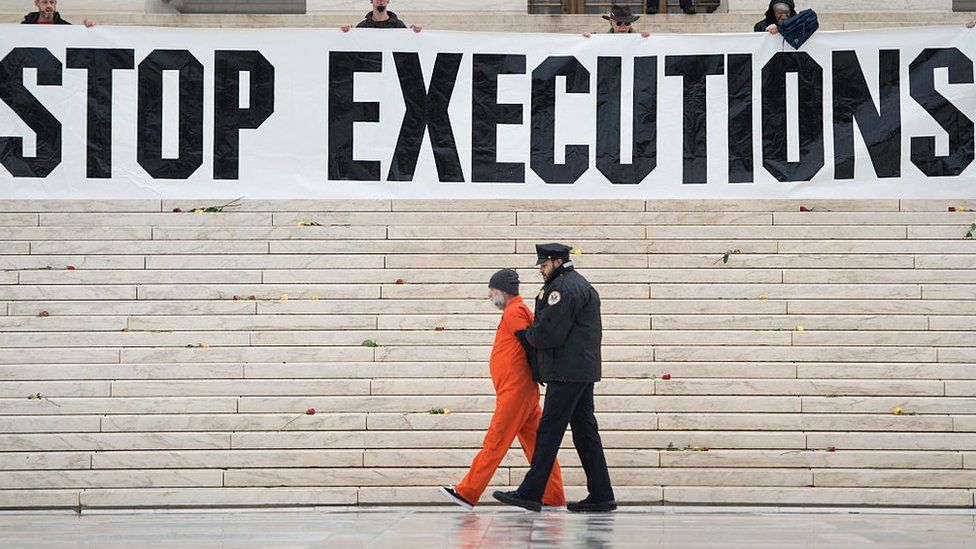 US federal executions halted over 'potentially unlawful' method - BBC News
