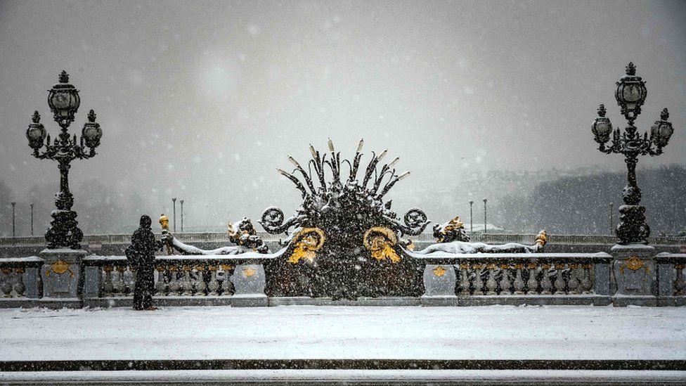 Парисын анхны цас таван см зузаан оржээ