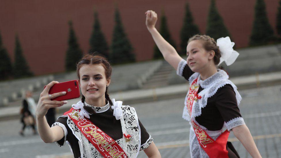 Российское министерство решило бороться с телефонами в школах. Как именно?