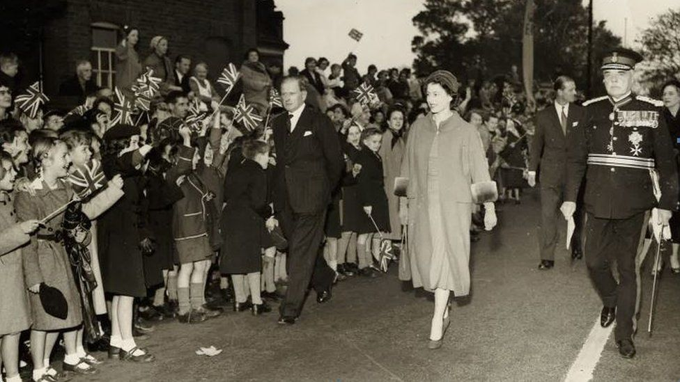 The Queen and a line of children