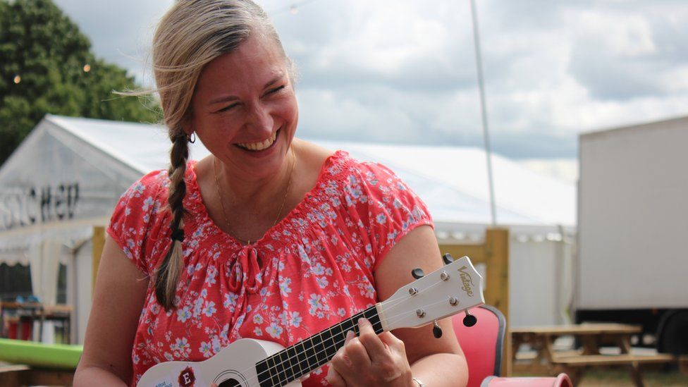 Hwyl wrth ddysgu sut i chwarae'r iwcalili // Learning how to play the ukulele