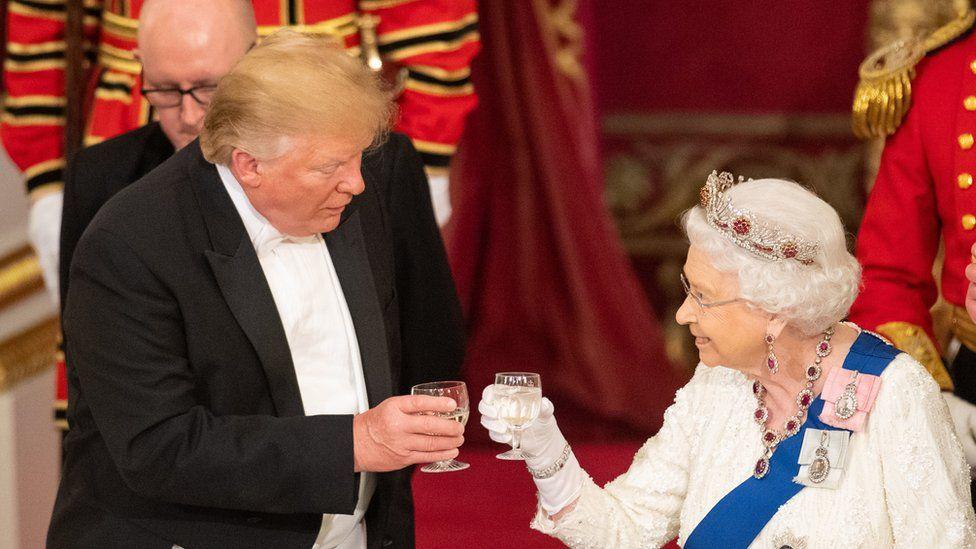 Donald Trump y la Reina brindando.