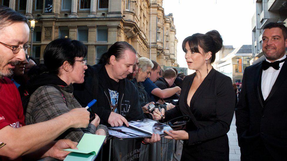Eve Myles yn arwyddo'r llyfrau llofnodion // Eve Myles signing autographs