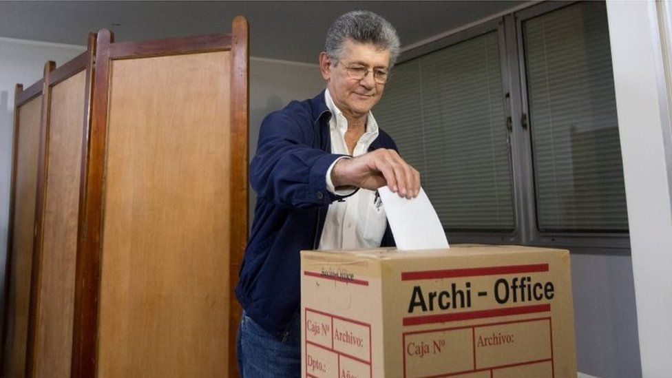 Henry Ramos Allup casts his ballot on 3 January, 2016.