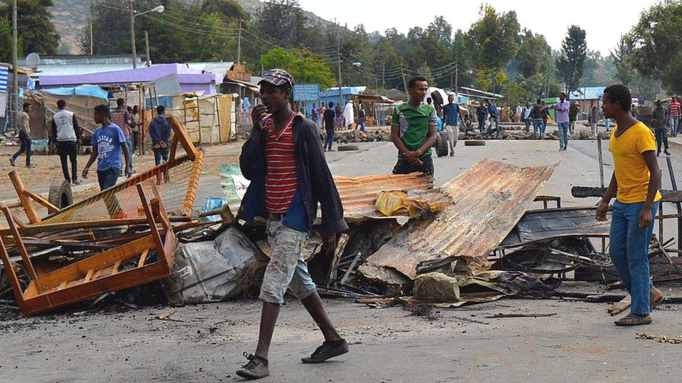 Ethiopian protesters with a barricade