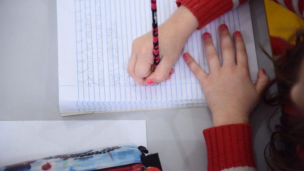 Transporte escolar, livros didáticos e outros programas sob impacto do bloqueio de verbas na educação básica