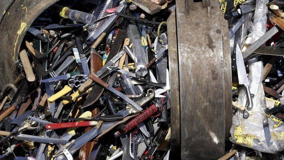 Арсенал ножей, изъятый полицией