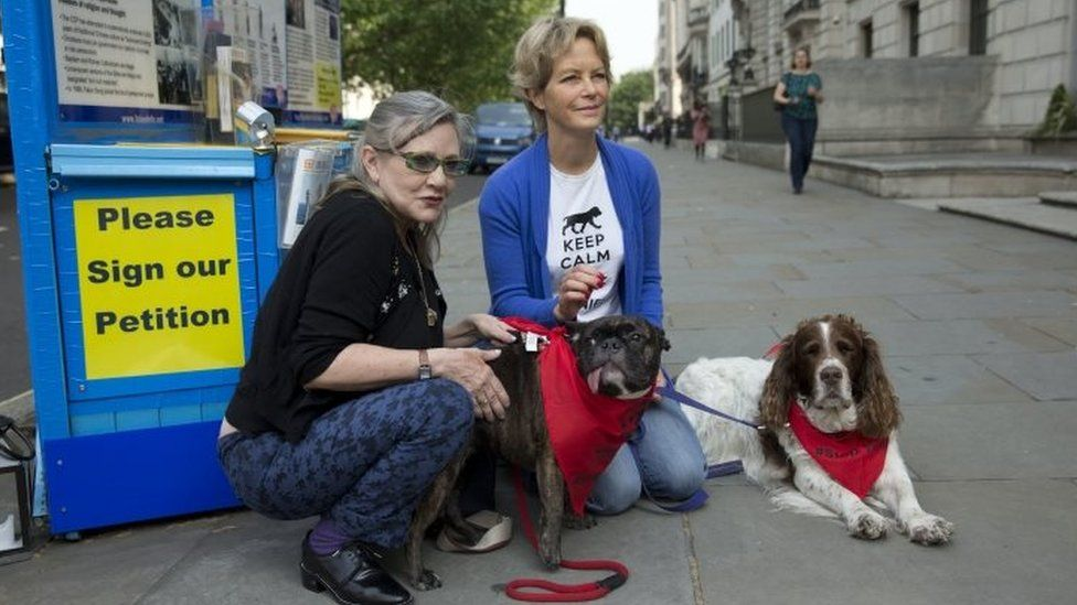 US actresses Carrie Fisher (left) and Jenny Seagrove before trying to hand in a petition against China's Yulin dog meat festival to the Chinese Embassy in London (07 June 2016)